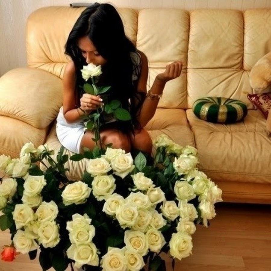Девушки брюнетки с букетом цветов фото со спины