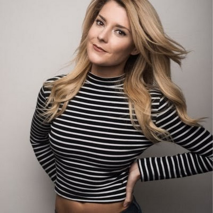 The 31-year old daughter of father John Helbig and mother Theresa McGinnis, 177 cm tall Grace Helbig in 2017 photo