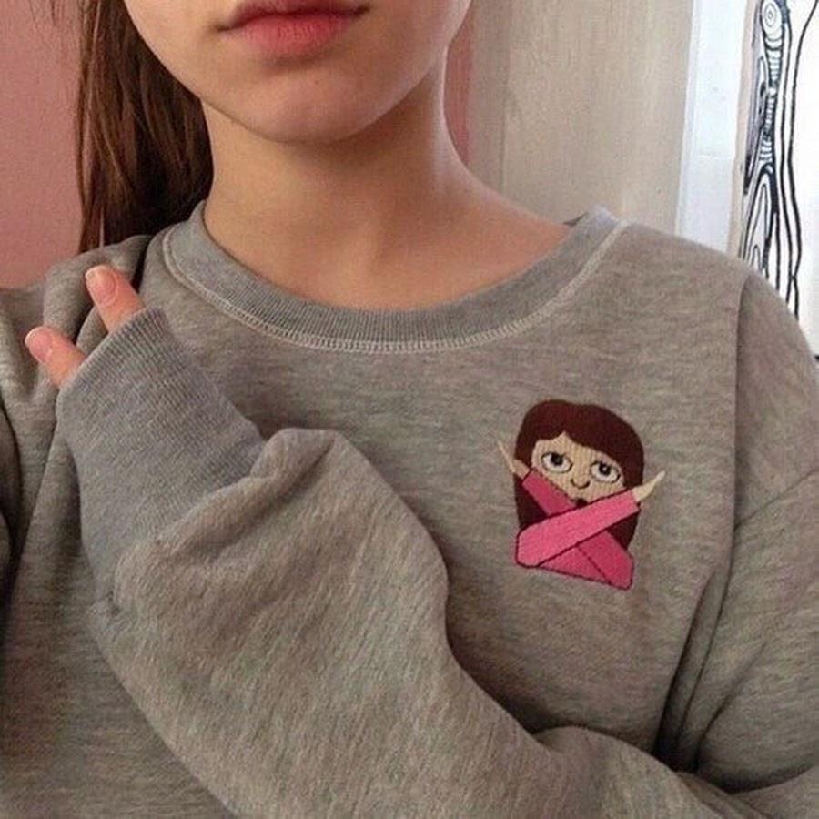 Девушка в футболке без лица