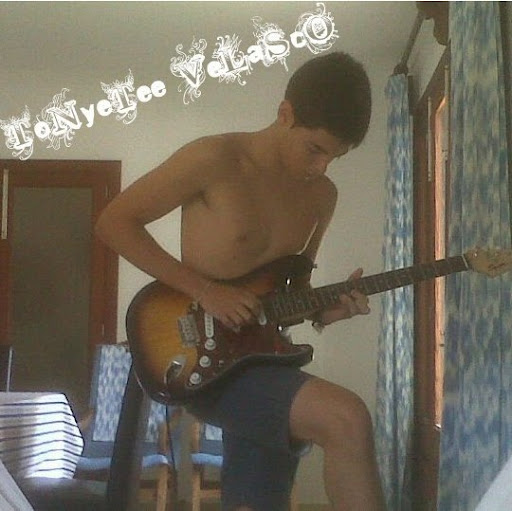 ToñeTee guitarrist