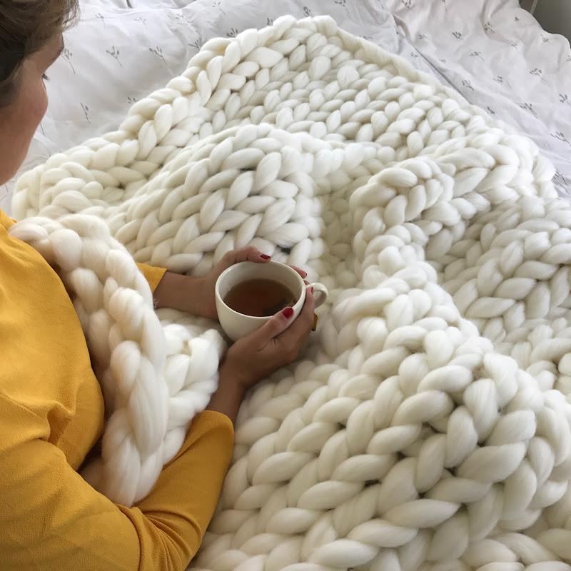 diy tutoriel tricoter une couverture xxl avec les main doovi. Black Bedroom Furniture Sets. Home Design Ideas