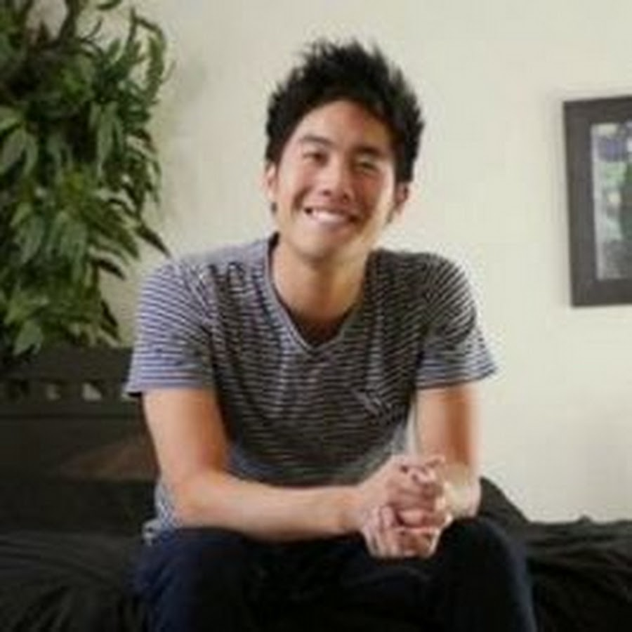 The 27-year old son of father (?) and mother(?), 173 cm tall Ryan Higa in 2017 photo