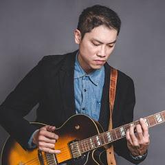葉宇峻彈吉他