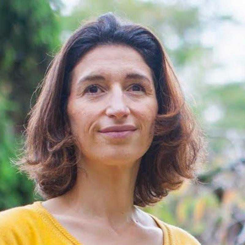 Claire Thomas Medium