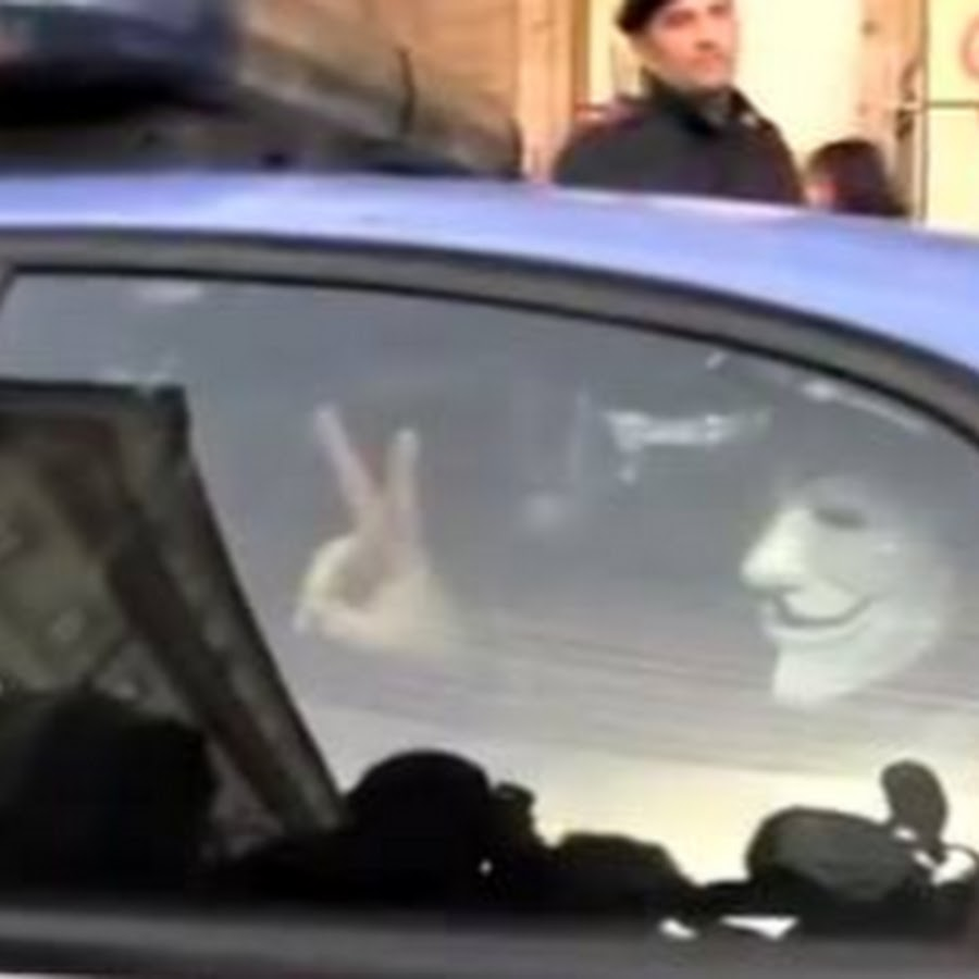 Catena umana attorno al parlamento italiano youtube for Lavorare al parlamento italiano