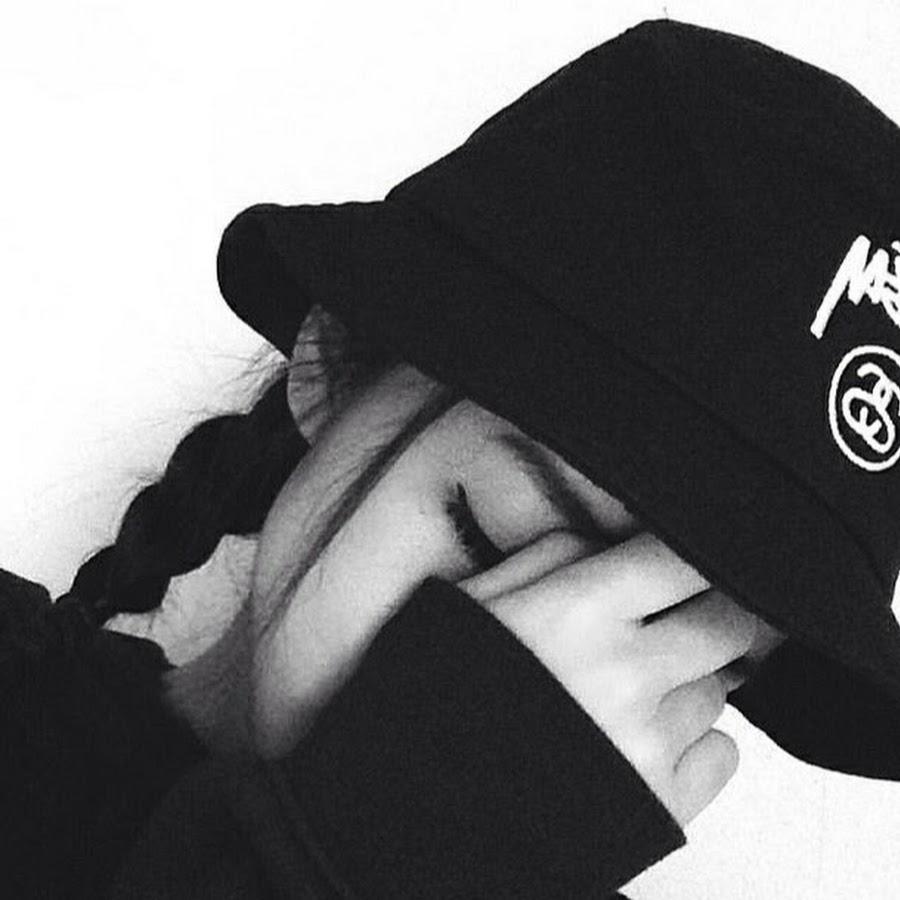 Картинка на аву в вк для девушек в кепке