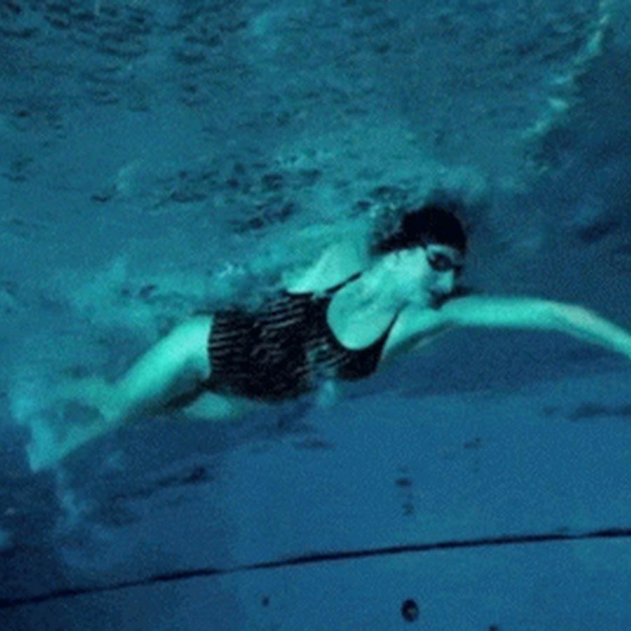 Гифка нырять в бассейне