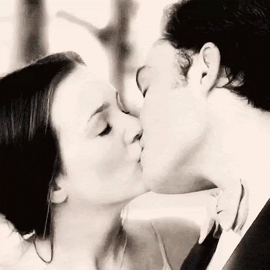 Картинка гиф целоваться