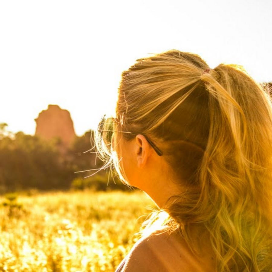 Картинки девушек блондинок со спины на природе