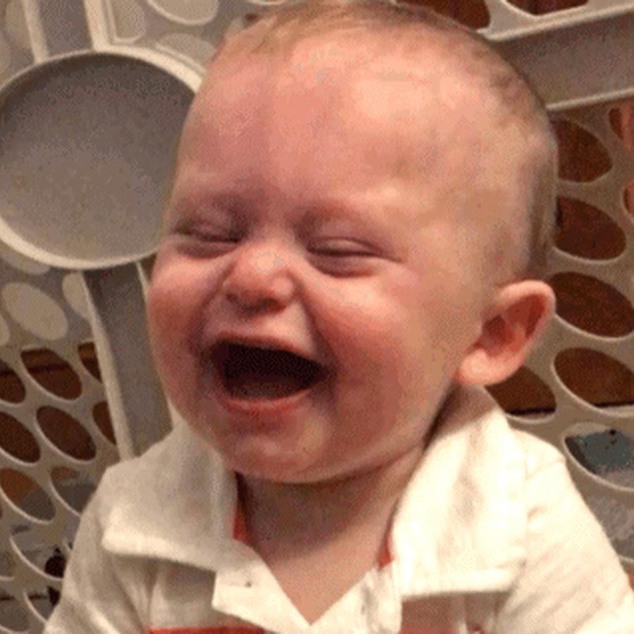 Гифы ребенок смеется, уборке территории