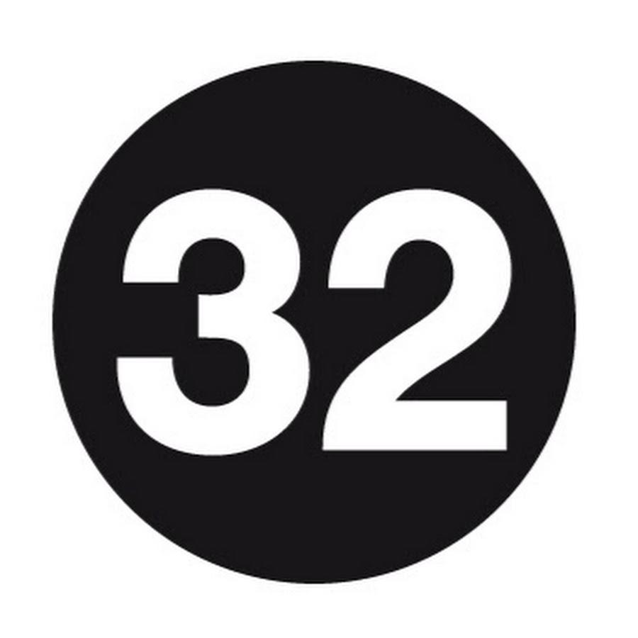 Открытка с цифрой 32, язык картинки
