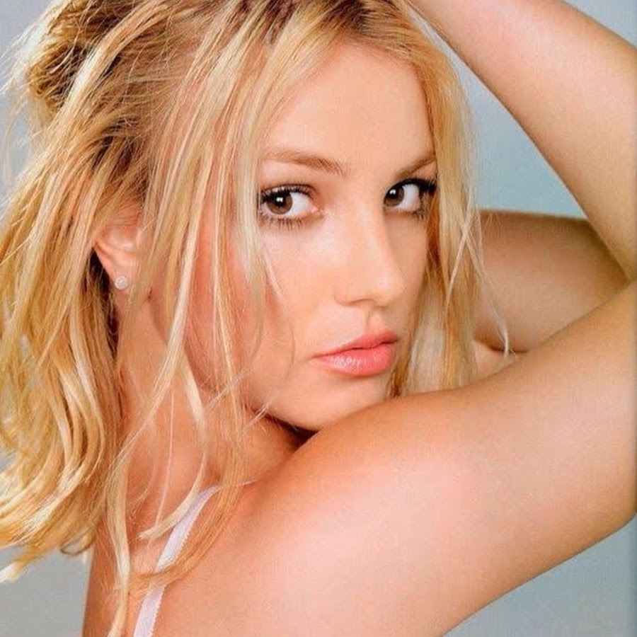 BRITNEY SPEARS at The Intimate Britney Spears Sleepwear